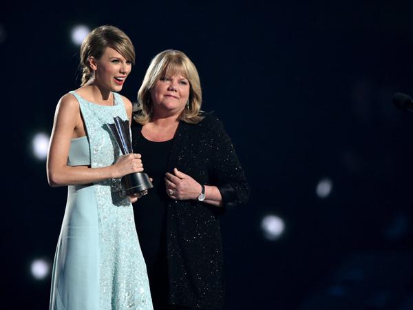 Intip Momen Mengharukan Taylor Swift dan Ibunya di ACM Awards 2015