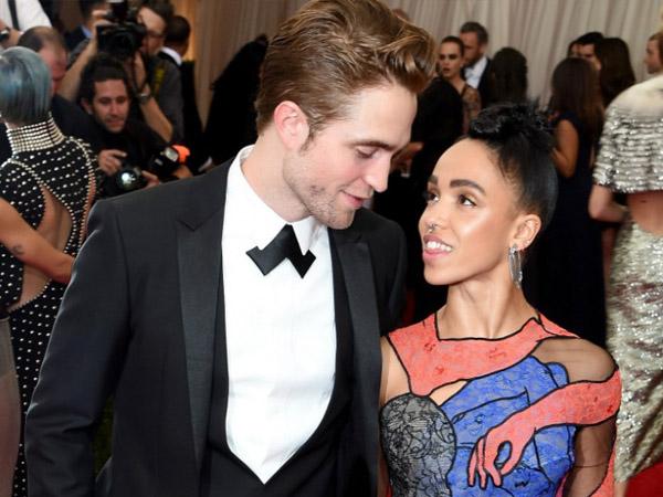 Bela Sang Pacar, Robert Pattinson Sebut Haters FKA Twigs 'Setan di Kegelapan'