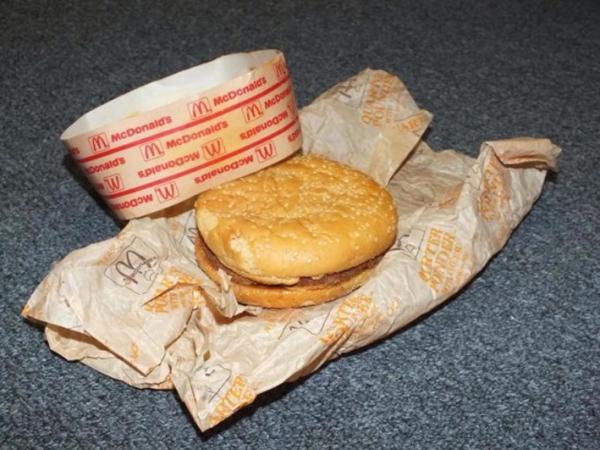 Berusia 20 Tahun, Burger Tertua di Dunia Ini Terlihat Masih Bisa Dimakan?