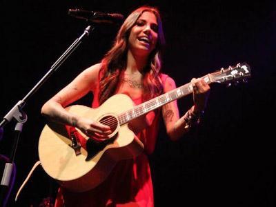 Christina Perri Suguhkan Konser Singkat dan Memukau