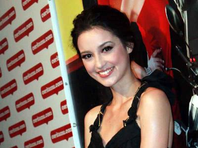 Julia Estelle Tak Ragu Cium Reza Rahadian