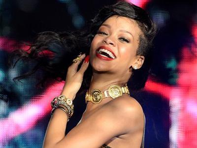 Lagi, Rihanna Terlambat Hampir 5 Jam Datang ke Konser Amal!