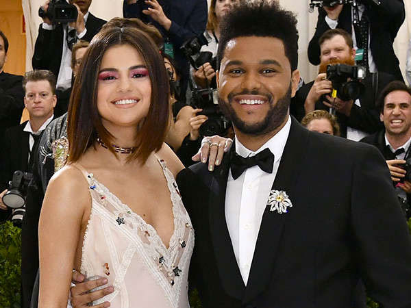 So Sweet, Begini Gaya Selena Gomez Peluk Manja The Weeknd