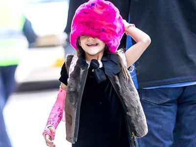 Gemasnya! Suri Cruise Pakai Topi Bulu dan Perban Pink Matching!