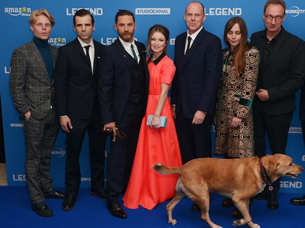 Hadir Di Premiere Film 'Legend', Tom Hardy Bawa Seekor Anjing Sebagai Pasangan Red Carpet