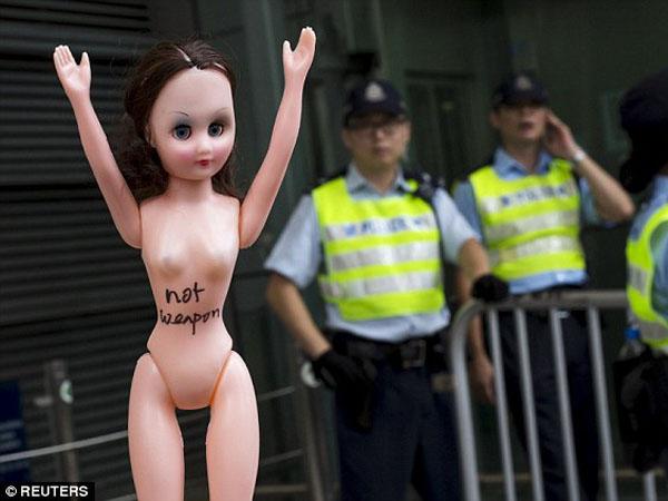 Duh, Seorang Wanita Dipenjara karena Serang Polisi dengan Payudaranya