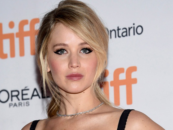 Ini Alasan  Jennifer Lawrence Kegirangan Punya Tenda Gambar Keluarga Kardashians