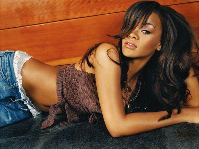 Rihanna Ditawari Berpose Bugil