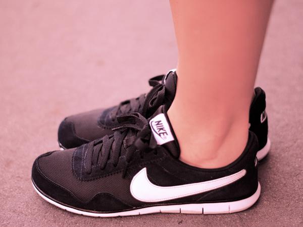 Hii, Kebiasaan Buruk Saat Memakai Sepatu Ini Bisa Buat Kaki Jamuran!