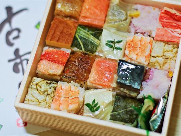 Cara Buat Sushi Super Mudah dengan Bantuan Cetakan Es batu yang Tengah Viral