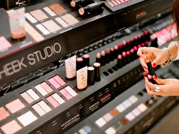 Hati-hati Bahaya Kebiasaan Mencoba Produk Tester Kosmetik!