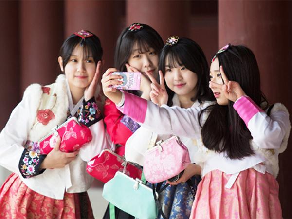 Anak Muda Korea Selatan Sedang Keranjingan Pakai Hanbok!