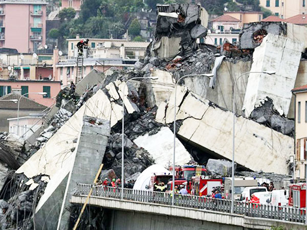 Bak Adegan Film Hollywood, Puluhan Mobil Berjatuhan Saat Runtuhnya Jembatan di Italia Ini