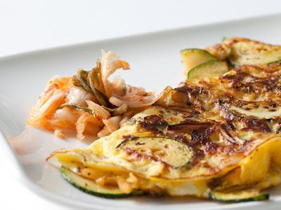 Asyiknya Sarapan Kimchi Omelet Buatan Sendiri!