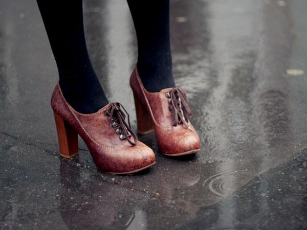 5 Jenis Sepatu Yang Cocok Dipakai Saat Musim Hujan