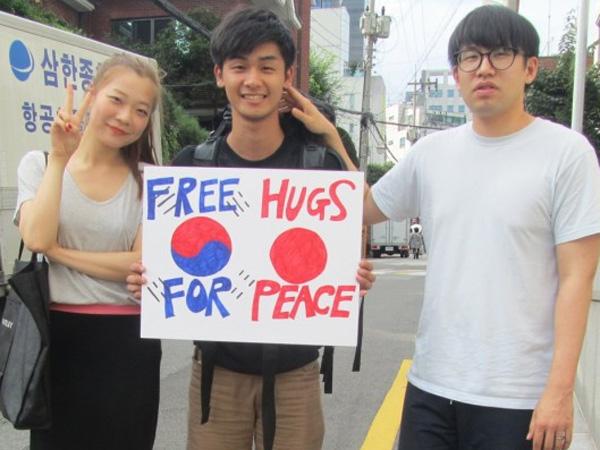 Demi Kedamaian, Pria Ini Keliling Asia Berikan 'Free Hugs' Kepada Siapapun yang Lewat!