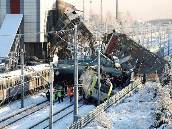 Kronologi Mengerikan Kereta Cepat Turki Hantam Kereta Lain dan Jembatan yang Makan Banyak Korban