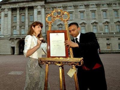 Warga Inggris Euforia Sambut Kelahiran Penerus Tahta