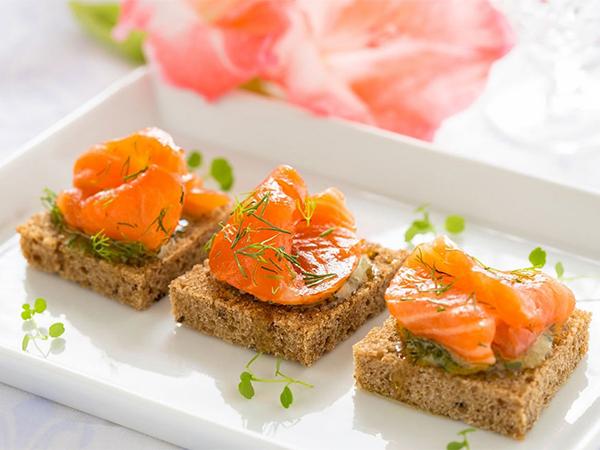 Sehatkan Akhir Pekanmu dengan Makan Camilan Oat Cake Salmon, Begini Resepnya!