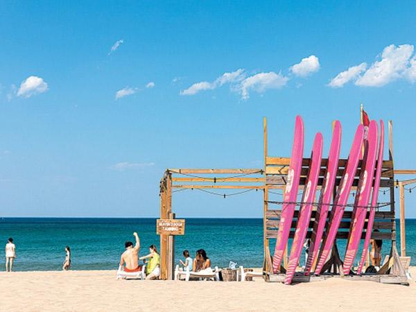 Pantai Surfyy, Surganya Peselancar di Musim Panas New Normal