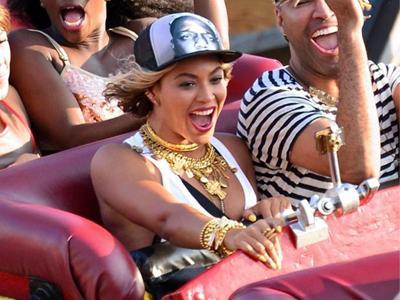 Intip Serunya Beyonce Main Jet Coaster Tua di Coney Island!