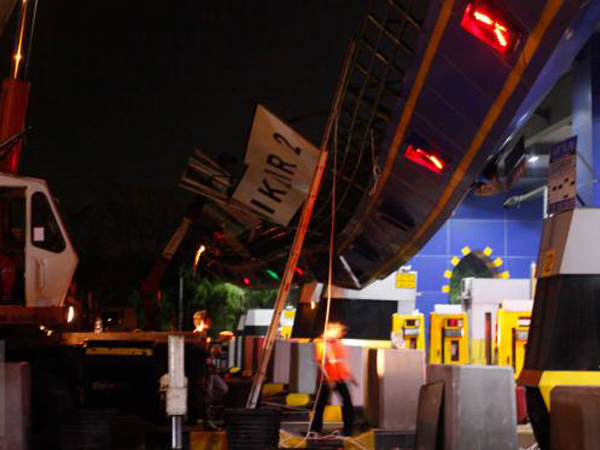 Gerbang Ambruk, Truk Crane Jadi Penyangga Atap Tol Cikunir