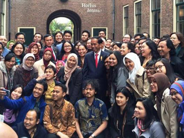 Jokowi Disambut Selfie Demonstran Den Haag, Ini Beda Demo Indonesia dan Belanda