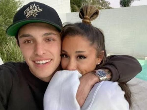 Ariana Grande Menikah dengan Dalton Gomez
