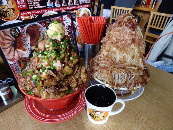 Wow! Kedai Ramen Ini Sajikan Mie dengan Topping Daging Tinggi Menjulang