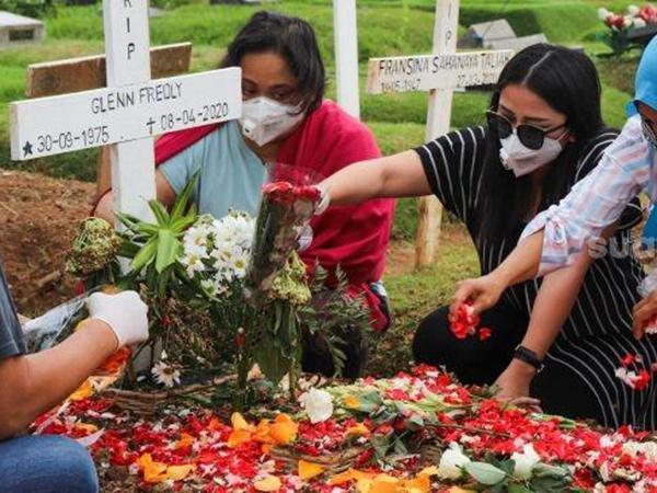 Potret Haru Mutia Ayu Rayakan Paskah di Makam Glenn Fredly