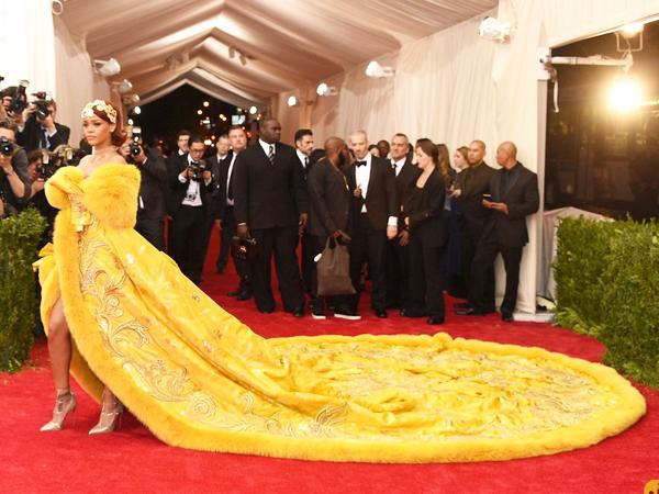 Desainer Butuh 2 Tahun Untuk Buat Gaun Rihanna, Publik Hanya Butuh 2 Menit Untuk Buat Memenya