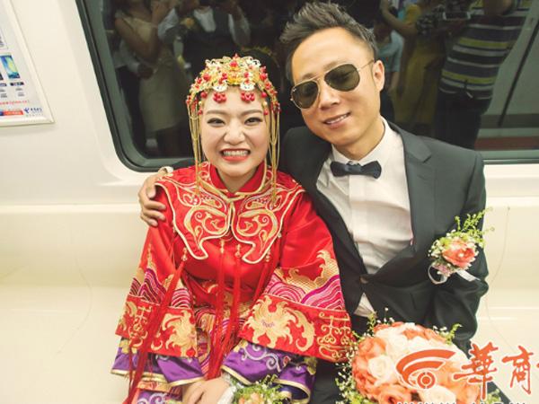 Wah, Pasangan Ini Menikah di Dalam Transportasi Umum Subway!