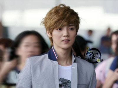 Fans Bikin Rusuh di Bandara, Luhan EXO-M Terjatuh