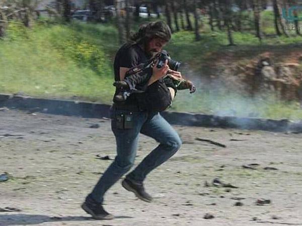 Jadi Perhatian Publik, Wartawan Ini Rela 'Lempar' Kamera Demi Selamatkan Korban Bom Suriah