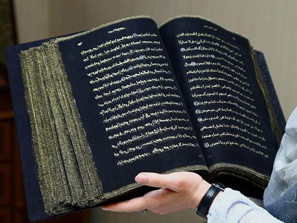 Bikin Takjub, Wanita Ini Berhasil Mentranskrip Al Quran dengan Media Kain Sutra dan Tinta Emas