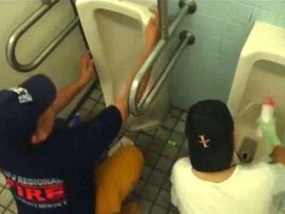 Wow, Komunitas ini Hobi Bersihkan Toilet