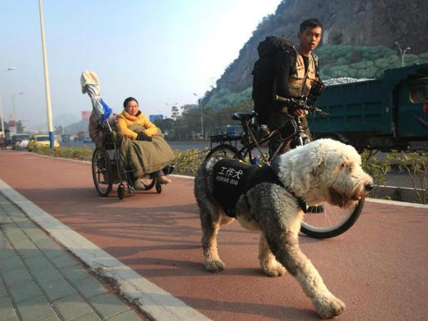 Pria Ini Ajak Kekasihnya yang Lumpuh Keliling Cina Hanya dengan Sepeda!