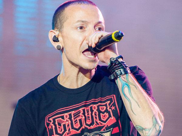 Billboard Ajak Penggemar Kenang Kesuksesan Chester Bennington Sebagai Vokalis LP