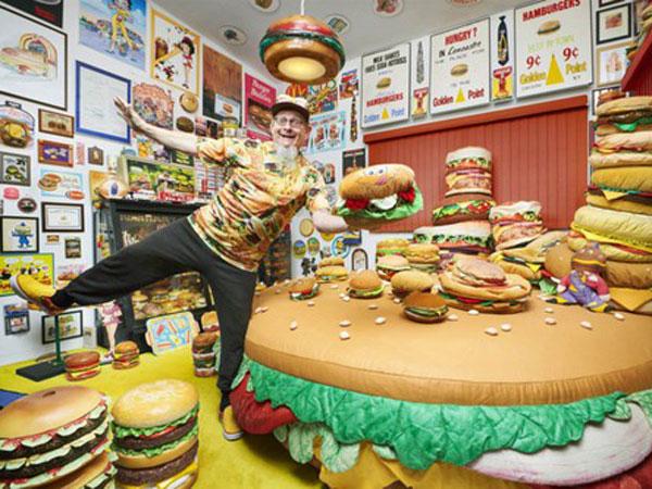 Pecahkan Rekor Dunia, Pria Ini Koleksi 3000 Lebih Replika Hamburger