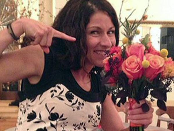 46 Kali Tangkap Bouquet Bunga Pernikahan, Wanita Ini Masih Single