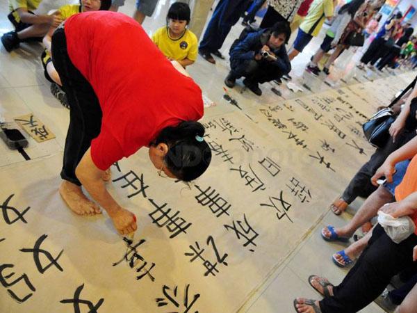 Rayakan Imlek, Solo Pecahkan Rekor MURI Lukisan Kaligrafi Cina Terpanjang!