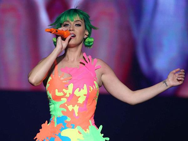 Katy Perry Lupa Lirik Lagunya Sendiri Hingga Butuh Alat Bantu Saat Tampil?