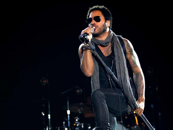 Lenny Kravitz Tak Sengaja Pamerkan Alat Kelaminnya Saat Konser!