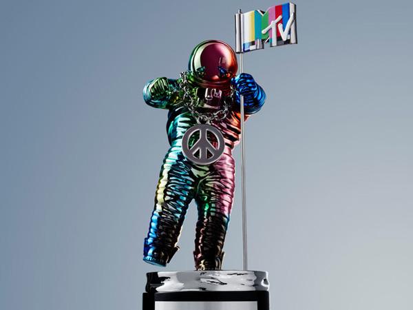 Icon Moonman untuk Trofi MTV Video Music Awards 2015 Kini Tampil dengan Gaya Baru!