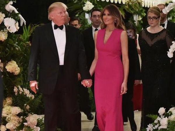 Dinilai Tak Mesra, Ini Analisa Mengapa Donald Trump Kerap 'Hempaskan' Tangan Istrinya