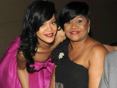 Ketahuan Foto Setengah Bugil, Rihanna Dipukul sang Ibu?
