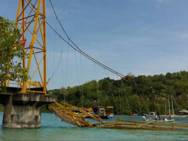 Terjun Bebas ke Laut, Ini Kronologi Ambruknya 'Jembatan Cinta' Bali