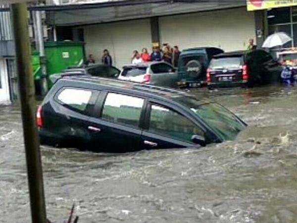 Jadi Viral, Begini Kondisi Mobil Yang Hanyut di Banjir Besar Bandung