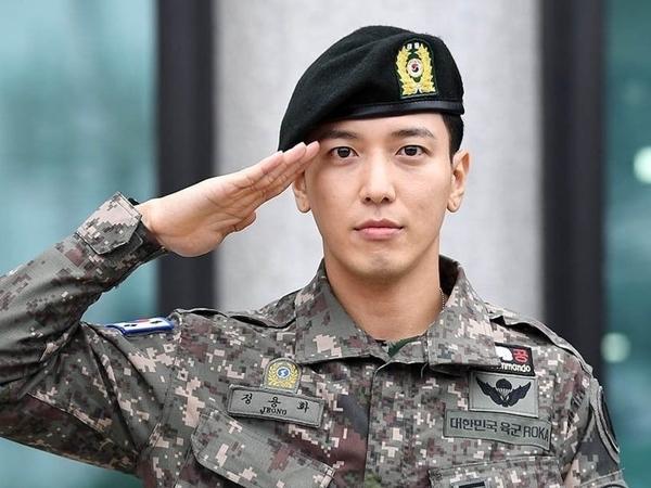 Resmi Kembali Dari Wajib Militer, Jung Yonghwa CNBLUE Disambut Ribuan Fans
