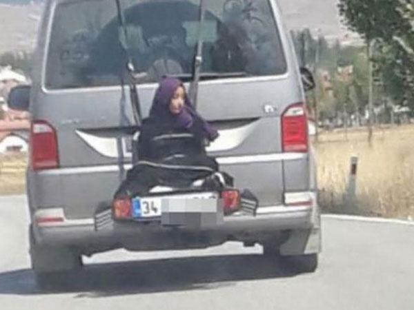 Heboh! Seorang Pria Biarkan Putrinya Terikat Di Belakang Mobil untuk Alasan 'Kesenangan'